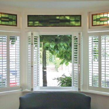 Open_bay_window_shutters